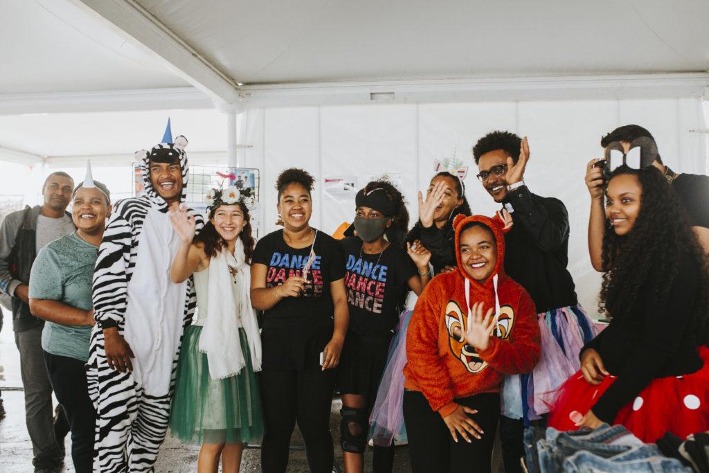 jeunes volontaires MLS déguisés et riant